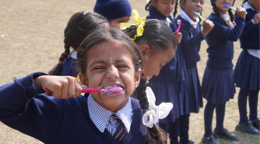 En student i Nepal deltar i en hygienworkshop